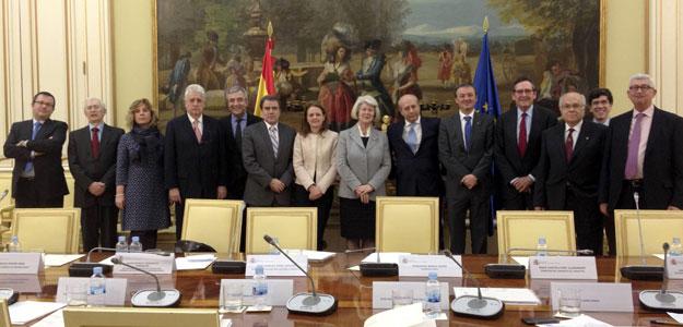 Fotografía facilitada por el Ministerio de Educación de la Comisión de Expertos para la Reforma del Sistema Universitario Español con el ministro José Ignacio Wert.EFE