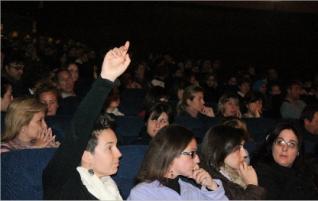 La asamblea informativa que reunió a los padres del colegio Nuestra Señora de la Asunción, anoche. c. costa. Fuente: Levante-emv