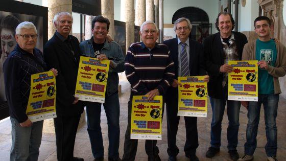 Participantes en las jornadas sobre el pop y rock valenciano de los 60, con Antonio Ariño y Enrique Ginés en el centro. Fuente: El País