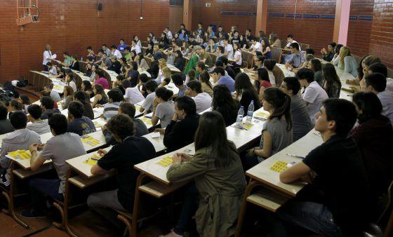 Varios jóvenes se enfrentan en una de las aulas de la Facultad de Biología de la Universidad de Barcelona (UB) a la primera jornada de las pruebas de selectividad. / ALBERTO ESTÉVEZ (EFE). Fuente: El País