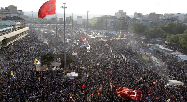 Miles de personas se manifiestan en la plaza de Taksim en Estambul.- EFE
